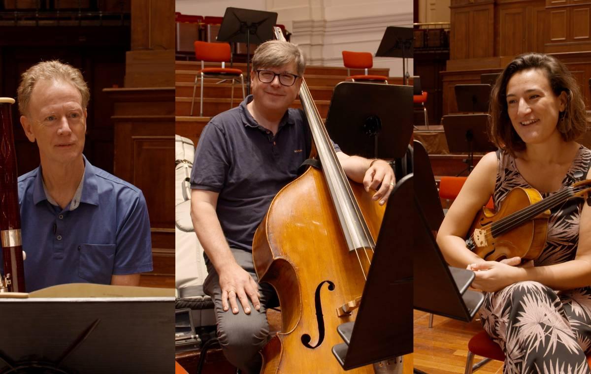 Orkestleden testen nieuwe lessenaars
